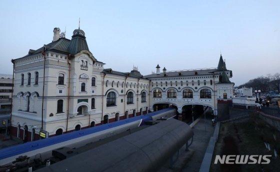 【블라디보스토크(러시아)=뉴시스】이영환 기자 = 북-러 정상회담을 앞둔 22일 오후(현지시각) 러시아 블라디보스토크역이 보이고 있다.   외신 보도에 따르면 김정은 북한 국무위원장은 전용열차를 이용해 러시아 블라디보스토크에 도착할것으로 전해지고 있다. 2019.04.22.   20hwan@newsis.com