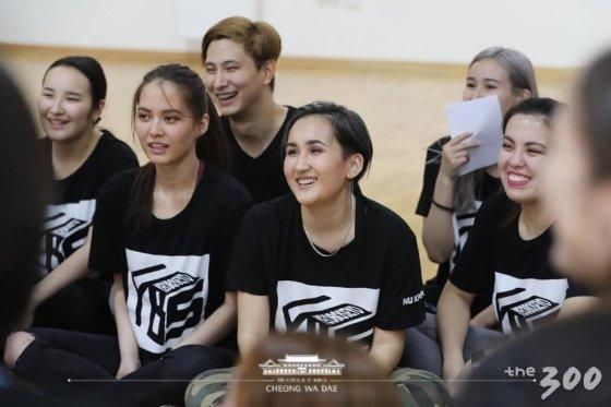 김정숙 여사에게 NCT 노래 '블랙 온 블랙'에 맞춰 춤공연을 펼친 카자흐스탄 나자르바예프 대학 동아리 '여보세요' 학생들 모습/사진=청와대