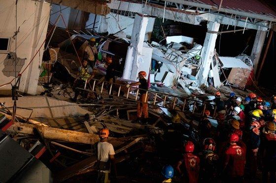 필리핀 팜팡가주의 4층짜리 슈퍼마켓 건물이 지진으로 인해 무너져 인명 구조작업이 진행중이다./AFPBBNews=뉴스1