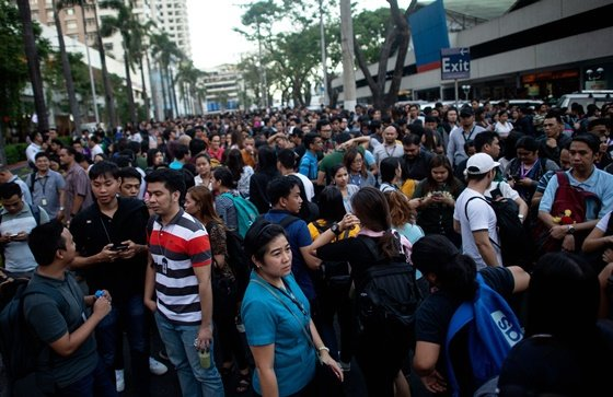 필리핀 수도 마닐라에서도 지진이 감지돼 대규모 시민들이 거리로 쏟아져나왔다./AFPBBNews=뉴스1