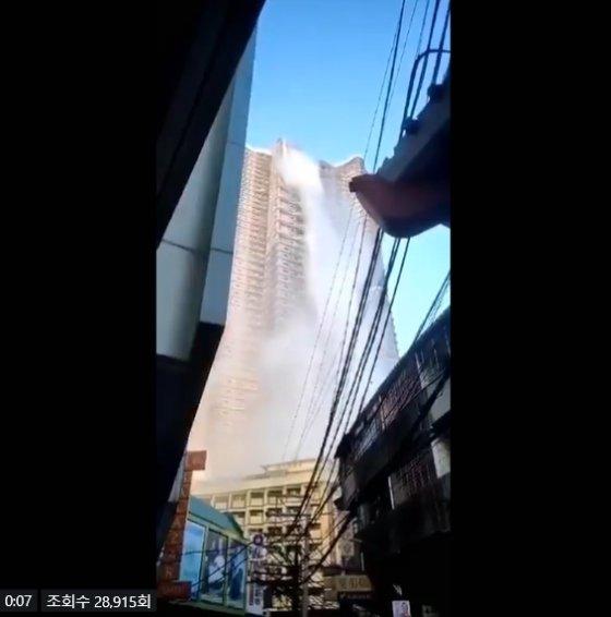 필리핀의 한 고층 건물 루프탑의 수영장 물이 건물 아래로 쏟아지는 현장/사진=트위터(@jaztified)