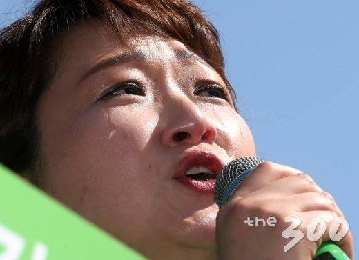 이언주 국민의당 의원이 23일 오후 서울 세종로 세종문화회관 앞에서 열린 안철수 국민의당 대선후보 '국민과의 약속, 미래비전선언' 선포식에서 안 후보의 지지를 호소하며 눈물을 흘리고 있다./사진=홍봉진 기자