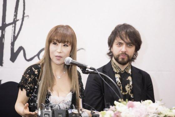 조수미(왼쪽)는 새 음반 '마더'에서 테너 페데리코 파치오티와 듀엣곡 '이터널 러브'를 함께 불렀다. /사진제공=SMI