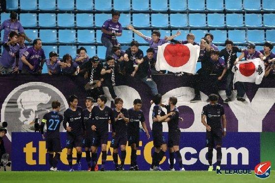 결승골 이후 일장기를 흔들며 기뻐하고 있는 히로시마 서포터들. /사진=한국프로축구연맹 제공