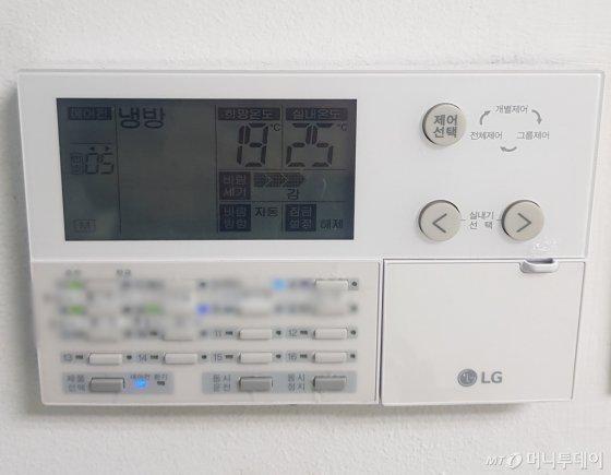 서울 낮 기온이 26도를 기록한 지난 24일 한 사무실 에어컨이 가동 중이다. 실내 온도는 25도. 희망 온도는 19도에 맞춰져 있다./사진=박가영 기자