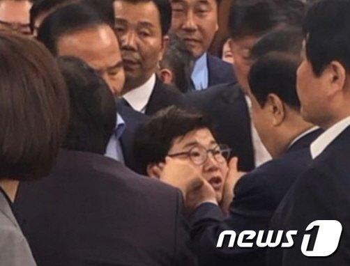 자유한국당이 여성의원에 대한 '성추행' 의혹을 제기하고 있는 문희상 국회의장이 24일 국회의장실에서 임이자 한국당 의원의 볼을 만지는 모습/사진=뉴스1