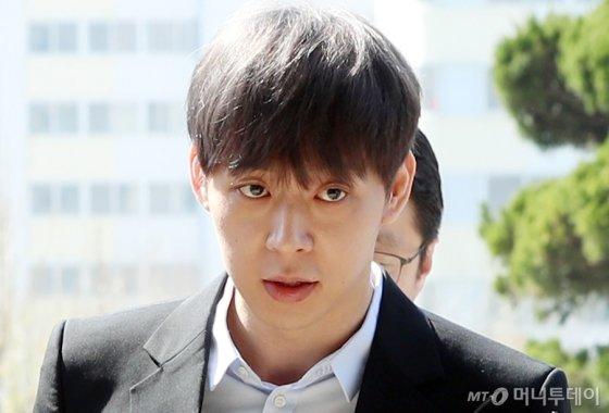 지난 17일 오전 수원시 경기남부지방경찰청에 출석하는 가수 박유천./사진=이기범 기자