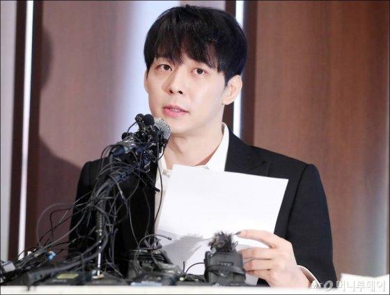 지난 10일 긴급 기자회견을 열고 결백을 주장하는 박유천의 모습./사진=김창현 기자