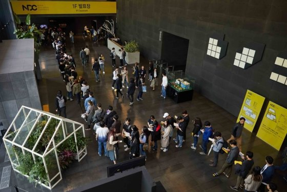 넥슨코리아가 주최하는 국내 최대 규모 게임 개발자 콘퍼런스 '2019년 넥슨 개발자 컨퍼런스(이하 NDC 19)'의 막이 올랐다.  오는 26일까지 사흘동안 진행되는 NDC 첫날, 성남시 넥슨 판교사옥 로비 / 사진제공=넥슨 코리아<br>