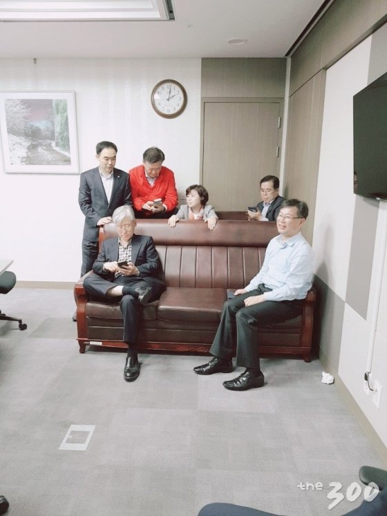 채이배 의원실 출입구 쪽을 소파로 막아선 한국당 의원들과 대화하는 채이배 의원(왼쪽 뒤) /사진제공=채이배 의원실