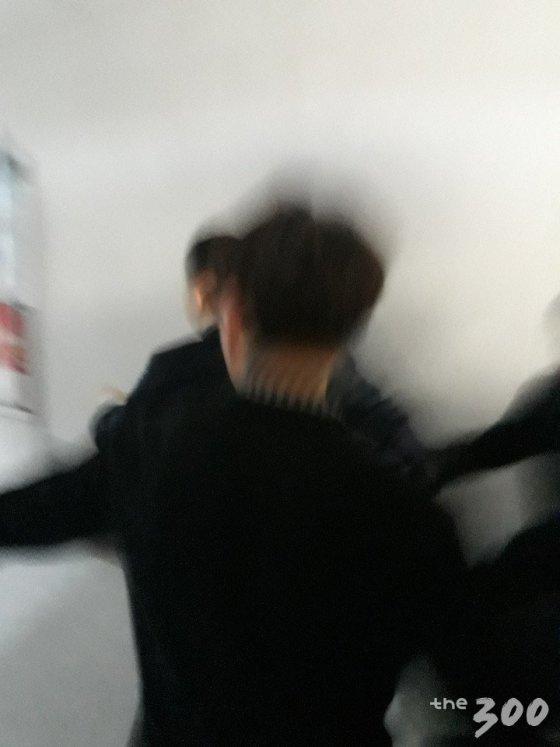 의원회관 '감금'에서 풀려난 뒤 계단으로 뛰어내려가는 채이배 의원/사진=백지수 기자