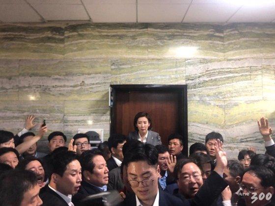 나경원 자유한국당 원내대표가 7층 의안과 입구를 막고 법안 제출을 저지하고 있다/ 사진=김하늬 기자