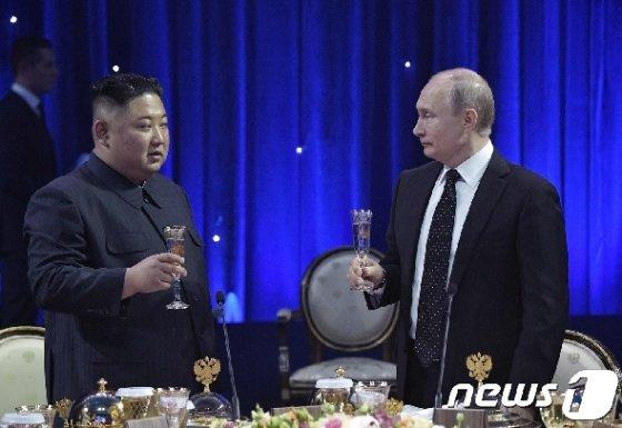 김정은 북한 국무위원장과 푸틴 러시아 대통령이 25일 러시아 블라디보스토크 극동연방대학에서 열린 북러 정상회담을 마친 뒤 가진 만찬에서 건배를 하고 있다 © AFP=뉴스1