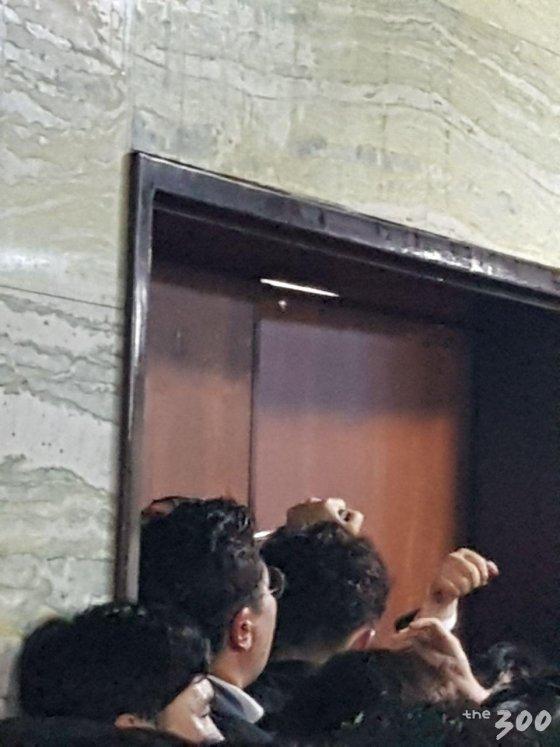 더불어민주당 의원들이 자유한국당 의원 스크럼을 뚫고 잠긴 국회사무처 의안과 문을 열려고 시도하고 있다. /사진=백지수 기자