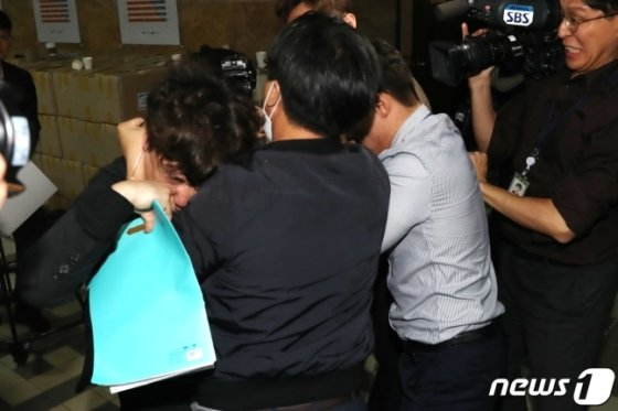 더불어 민주당과 자유한국당 당직자들이 몸싸움을 벌이고 있다/사진=뉴스1