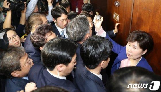 강병원, 표창원, 백혜련 더불어 민주당 의원이 회의실에 진입하려다 몸싸움을 겪고 있다/사진=뉴스1
