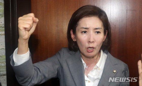 나경원 자유한국당 원내대표가 몸싸움 중 생긴 땀에 옷이 젖었다/사진=뉴시스<br />