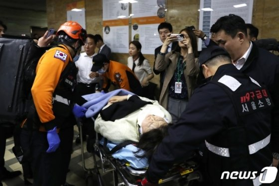 김승혜 자유한국당 의원이 몸싸움 중 부상을 입어 119 구급대가 출동했다/ 사진=뉴스1<br />