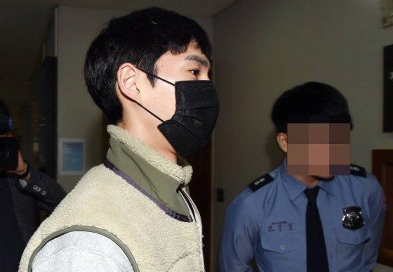 먹방 유명 유튜버 '밴쯔' 정만수씨가 25일 오전 대전 서구 둔산동 대전지방법원 재판장에 들어가고 있다./사진=뉴시스