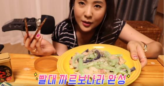 지난해 9월 개그우먼 강유미씨가 빨대로 파스타를 해먹어 화제가 됐던 영상. /사진=강유미의 '좋아서 하는 쿠킹' 유투브 영상 캡처