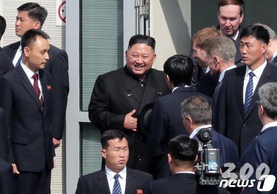 (블라디보스토크(러시아)=뉴스1) 이재명 기자 = 김정은 북한 국무위원장이 26일(현지시각) 오후 러시아 블라디보스토크역에서 전용열차에 타기 전 러시아 인사들과 대화하고 있다. 2019.4.26/뉴스1  <저작권자 &#169; 뉴스1코리아, 무단전재 및 재배포 금지>
