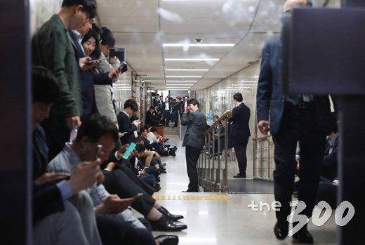 25일 오후 서울 여의도 국회에서 자유한국당 의원 및 당직자들이 사법개혁특별위원회가 열릴 것으로 예상되는 회의장을 봉쇄하기 위해 복도를 점거한 채 대기하고 있다. / 사진=이동훈 기자 photoguy@
