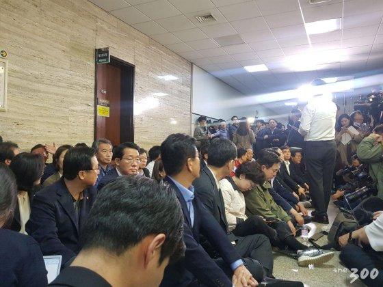 26일 저녁 8시 국회 본청 2층에서 패스트트랙 법안 지정을 막기 위해 한국당 관계자들이 자리를 잡고 있다. /사진=이지윤 기자