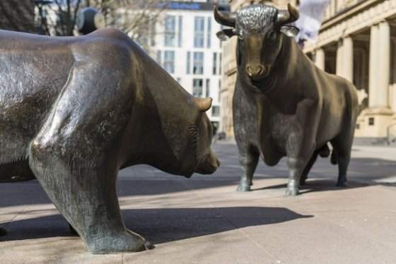미국 금융중심지 월가에서 각각 강세장과 약세장을 의미하는 황소상과 곰상. /사진=블룸버그통신