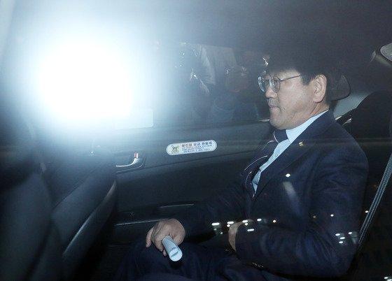 공항에서 신분증 확인을 요구한 직원에게 갑질했다는 의혹이 제기된 김정호 더불어민주당 의원이 지난해 12월 25일 오후 서울 영등포구 여의도 국회의사당 정론관에서 사과문 발표를 마친 후 택시를 타고 이동하고 있다.  앞서 김 의원은 지난 20일 오후 9시쯤 김포공항에서 김해공항행 비행기를 타기 위해 기다리던 중 공항 직원이 신분증을 지갑에서 꺼내 보여 달라고 하자 이를 거부한 것으로 전해졌다. 또한 이 과정에서 김 의원이 욕설을 했다는 주장도 제기됐다. 2018.12.25/뉴스1