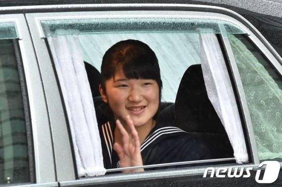 나루히토 일본 왕세자와 마사코 왕세자빈의 외동딸인 아이코 공주가 지난달 30일(현지시간) 도쿄 고쿄 내 영빈관인 마쓰노마에서 열린 아키히토 일왕의 퇴위식에 참석하기 위해 도착하고 있다./사진=뉴스1