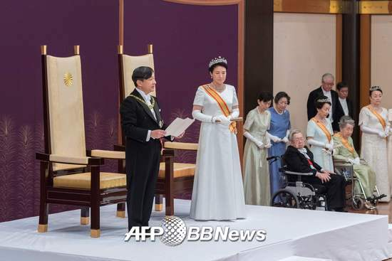 """나루히토 일왕이 1일 도쿄 황궁에서의 즉위 의식을 마치고 마사코 왕비가 참석한 가운데 첫 소감을 말하는 연설을 하고 있다. 제126대 나루히토 일왕은 """"국민의 행복과 국가의 발전, 세계평화를 간절히 희망한다""""라고 첫 소회를 밝혔다. 2019.05.01./사진=뉴스1=AFP"""