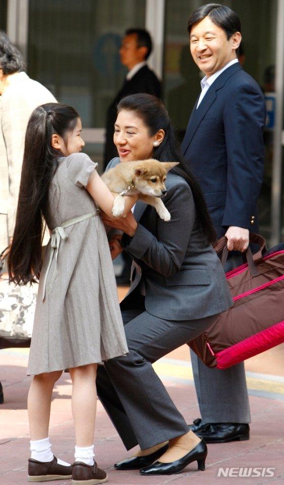 나루히토 일왕과 마사코 왕비, 그리고 외동딸인 아이코 공주의 과거 단란한 모습. 사진은 2009년 5월2일 도쿄 우쓰노미야 역에서 촬영된 것으로, 나루히토가 아이코 공주를 사랑스러운 눈빛으로 보고 있다. /사진=뉴시스