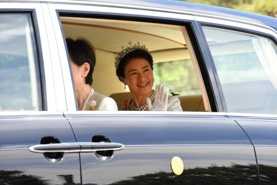 1일 나루히토 일왕의 즉위 행사에 참석했던 마사코 왕비가 궁전을 떠나면서 시민들에 손을 흔들어 인사하고 있다. /AFPBBNews=뉴스1
