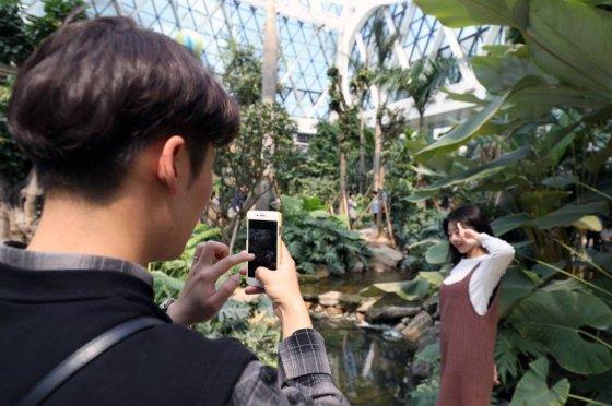 서울식물원이 정식 개장한 1일 오후 서울 강서구 서울식물원에 관람객들이 온실을 배경으로 사진을 찍고 있다. /사진=뉴시스