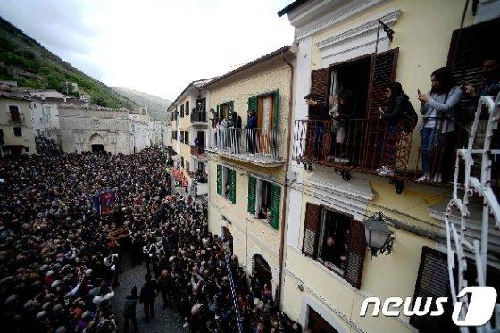 마을 주민들이 축제를 구경하고 있다 © AFP=뉴스1