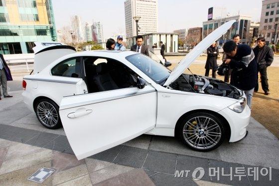 'BMW 120D 쿠페' 출시전 현장에서 모델들이 신차와 함께 포즈를 취하고 있다./ 사진=머니투데이 사진DB