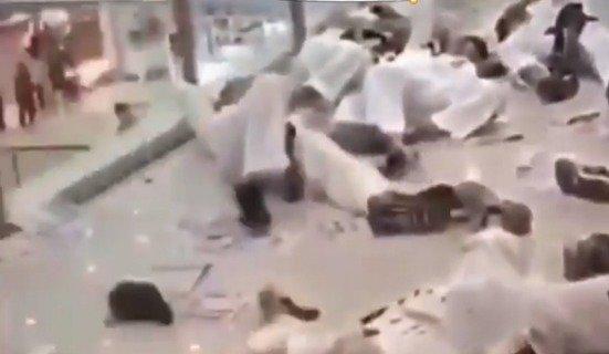 바닥에 쓰러져 있는 태권도장 관원들 - 유튜브 갈무리