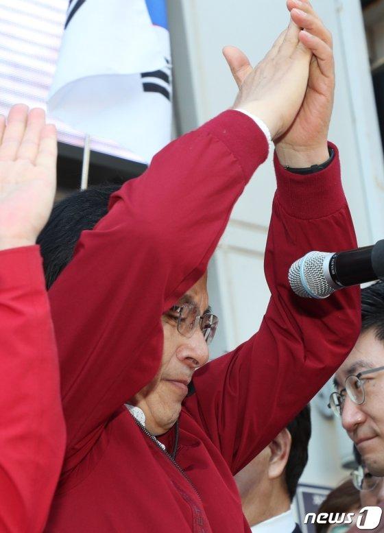 황교안 자유한국당 대표가 7일 오전 부산 중구 자갈치시장 앞에서 '국민 속으로 민생투쟁대장정 출정 기자회견'에서 눈물을 보이고 있다. / 사진제공=뉴스1