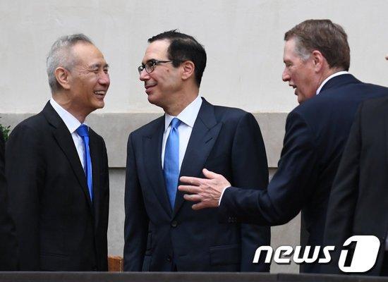 류허(劉鶴) 중국 부총리(좌) 스티븐 므누신 미국 재무장관. © 로이터=뉴스1