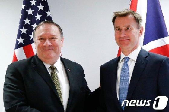 13일(현지시간) 벨기에 브뤼셀에서 만난 마이크 폼페이오 미 국무장관과 제러미 헌트 영국 외무장관. © AFP=뉴스1