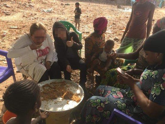 미국 여성(왼쪽위)과 한국인 장모씨(왼쪽 위 두번째)가 지난 3월말 서아프리카 세네갈을 방문해 현지 음식을 먹고 있다. /사진=미국인 D씨 페이스북 캡쳐
