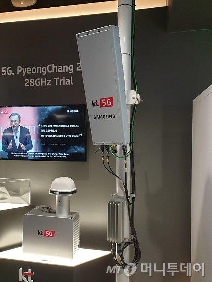 평창동계올림픽 당시 KT가 5G 시범서비스를 하기 위해 삼성전자와 함께 개발해 설치했던 28㎓ 기지국 장비 모습/사진=김세관 기자.