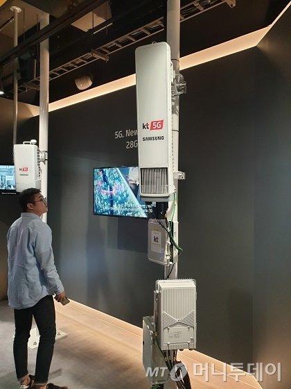 KT의 3.5㎓ 5G 기지국 장비 32TRX 모습. 안테나로 불리는 RU가 한 개 달린 전형적인 모습/사진=김세관 기자.