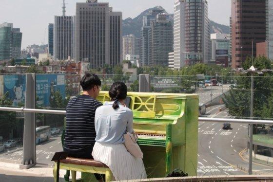 서울로 7017에서 한 연인들이 피아노 조형물에 앉아 대화를 나누고 있다. /사진제공=서울시