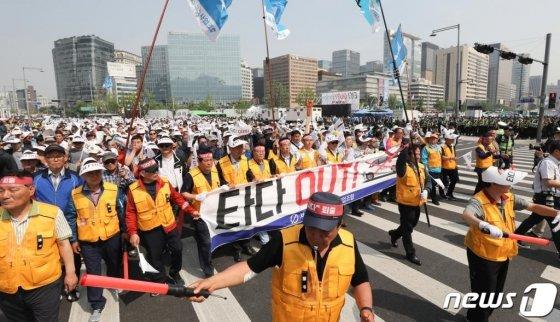 개인택시운송사업조합 소속 조합원들이 15일 오후 서울 광화문 광장에서 열린 타다(TADA) 퇴출 요구 집회를 마친 뒤 청와대까지 행진하고 있다. / 사진=뉴스1