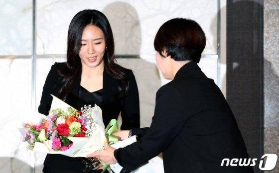 '빙속여제' 이상화가 16일 오후 서울 중구 더플라자호텔에서 열린 공식 은퇴식 및 기자간담회에서 꽃다발을 받고 있다./사진=뉴스1