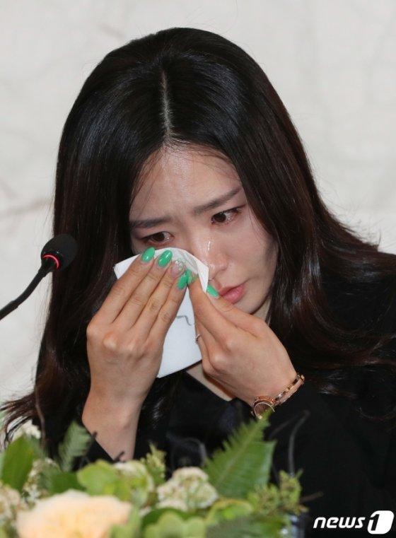 '빙속여제' 이상화가 16일 오후 서울 중구 더플라자호텔에서 열린 공식 은퇴식 및 기자간담회에서 인사말을 시작하며 벅차오르는 감정에 흐르는 눈물을 훔치고 있다./사진=뉴스1