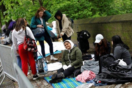 14일(현지시간) 미국 뉴욕 센트럴파크에서 다음날 열릴 방탄소년단의 콘서트를 위해 팬들이 우산·비옷 등으로 비를 피하며 노숙을 하고 있다. /사진=로이터