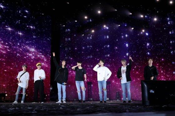 미국 로즈볼 스타디움 무대에 오른 방탄소년단(BTS). /사진제공=빅히트엔터테인먼트<br>