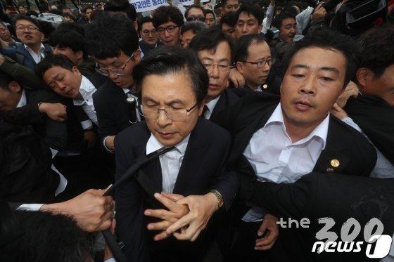 황교안 자유한국당 대표가 18일 5.18민주화운동 39주년 기념식에 참석하기 위해 국립5.18민주묘지 입구를 들어서려다 시민들로부터 거센 항의를 받고 있다. /사진=뉴스1